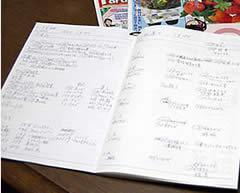 ヘルパーさんとの「連絡ケアノート」は15冊目。毎日の「生活の記録ノート」は26冊にもなる。