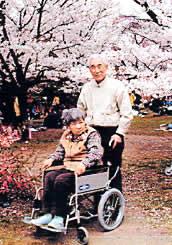久しぶりのお花見に一時、元気を取り戻した君子さん(2002年植物園)