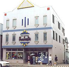 浦河町のメインストリートに堂々登場の「ぶらぶらざ」。「べてる」の主力商品・昆布をはじめ、さまざまな商品を販売。地域の人たちとの交流の場でもある。
