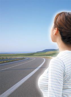 女性と道の写真