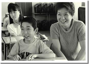 しんちゃんとお母さんが一緒に授業を受けている写真