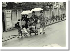 雨の日の通学路の写真