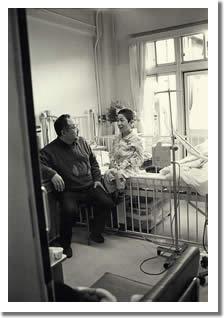 入院中のしんちゃんを見舞うお父さんの写真