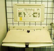 新設の地下鉄駅には、男女トイレともベビーシートが設置されている