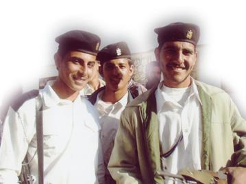 笑顔のイラク人警察官の写真