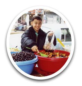 バグダッド市内で、物売りをする子ども。