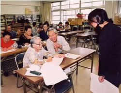 ボランティア指導員とともに平均年齢70歳パワーで勉強に励む「アジメ学校(識字教室)」のアジメ(おばさん)たち